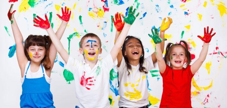 Niños con las manos pintadas